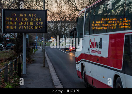 Wandsworth, London, UK. 19th Jan, 2017. A sign warns of high pollution levels in Wandsworth as the evening rush - Stock Photo