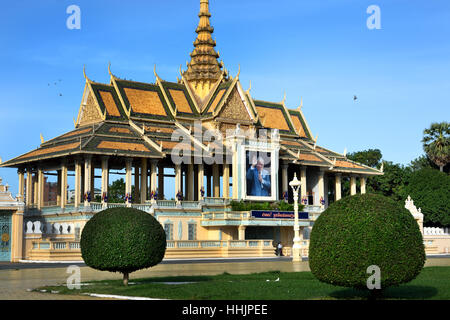 People in front of the Royal Palace ( Portrait of King Norodom Sihanouk ) 1866 Phnom Penh Cambodia - Stock Photo