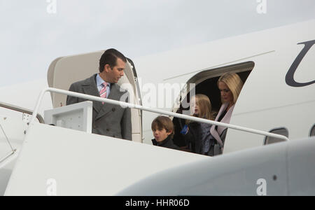 Joint Base Andrews, Maryland, USA. 19th January, 2017. Members of the Trump family depart the aircraft of President - Stock Photo
