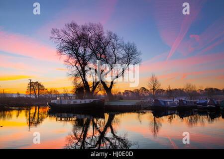 Rufford, Lancashire, UK. 21st January, 2017. Cold & misty early morning at Rufford Marina, on the Leeds Liverpool - Stock Photo