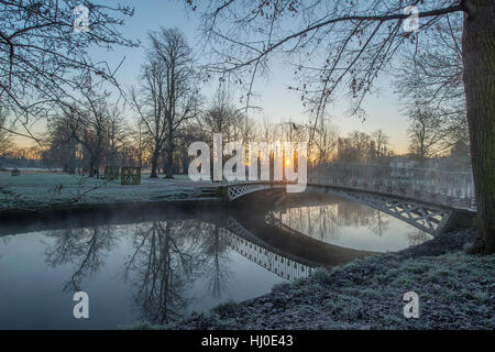 Morden Hall Park, London, UK. 21st January, 2017. Frosty sunrise over a bridge on the river Wandle in south London - Stock Photo