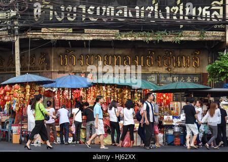 (170122) -- BANGKOK, Jan. 22, 2017 (Xinhua) -- Customers visit street stalls selling decorative items for the upcoming - Stock Photo