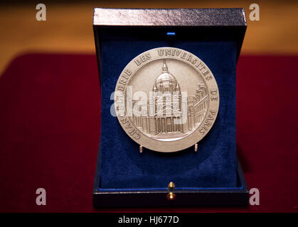 Paris, France. 26th Jan, 2017. German President Joachim Gauck receives the medal of the rectorate at the Sorbonne - Stock Photo