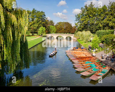 Puniting on the River Cam, Cambridge, England, UK - Stock Photo