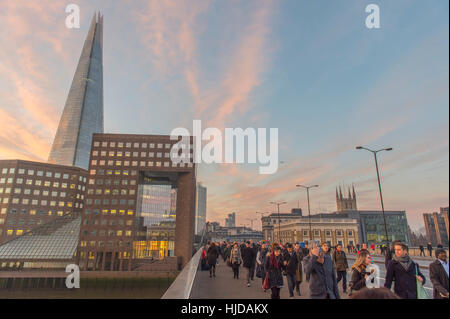 London, UK. 24th January, 2017. UK Weather. In spite of fog forecasts, central London wakens up to a frosty and - Stock Photo