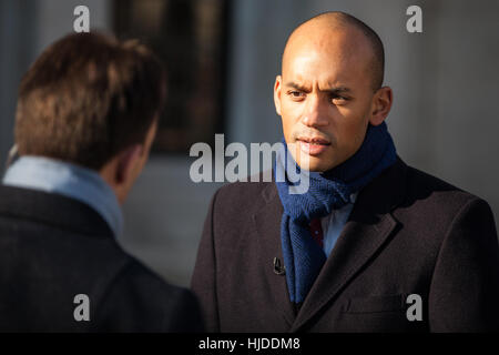 London, UK. 24th January, 2017. Chuka Umunna, Labour MP for Streatham, discusses the Article 50 ruling outside the - Stock Photo