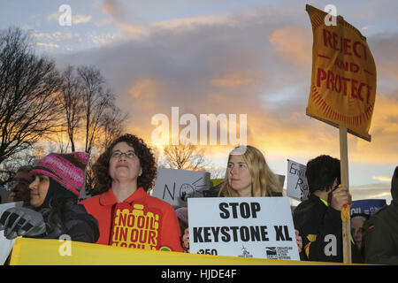 Washington, USA. 24th Jan, 2017. Hundreds of people opponents of the Keystone XL and Dakota Access pipelines hold - Stock Photo