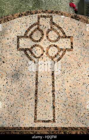 Croix sur une pierre tombale. Cimetière Père Lachaise. Paris. - Stock Photo