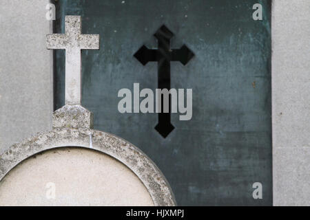 Croix sur une pierre tombale. Cimetière Père Lachaise. - Stock Photo