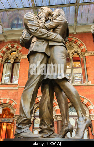 Paul Day's Meeting Place statue, known as the Lovers, St. Pancras, historic Victorian gothic railway station, London, - Stock Photo