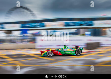 Slow pan of Lucas Di Grassi racing past the Hong Kong wheel in the Hong Kong Formula E 2016, Central harbour front. - Stock Photo