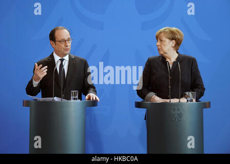 Berlin, Germany. 27th Jan, 2017. German Chancellor Angela Merkel (R) and French President Francois Hollande attend - Stock Photo