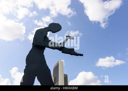 Frankfurt am Main: Sculpture Hammering Man by Jonathan Borofsky in front of the Plaza office center (including Marriott - Stock Photo