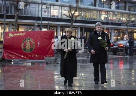 Berlin, Germany. 30th Jan, 2017. German Chancellor Angela Merkel (L) and Ukraine's President Petro Poroshenko lay - Stock Photo