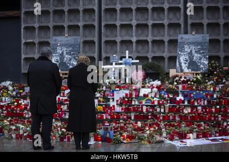 Berlin, Germany. 30th Jan, 2017. German Chancellor Angela Merkel (R) and Ukraine's President Petro Poroshenko lay - Stock Photo