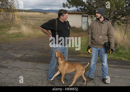 Moscow, Idaho, USA. 17th Nov, 2016. James Ware speaks with Syringa Mobile Home Park manager, Neil Carle about the - Stock Photo