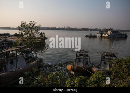 Abandoned police boats on the bank of the Hooghly River in Kolkata (Calcutta), West Bengal, India. - Stock Photo