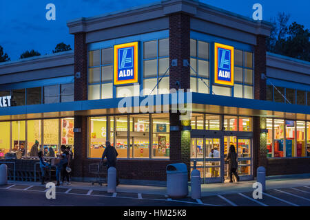 ALDI discount supermarket in Snellville (Metro Atlanta), Georgia. ALDI is a popular Germany-based global discount - Stock Photo