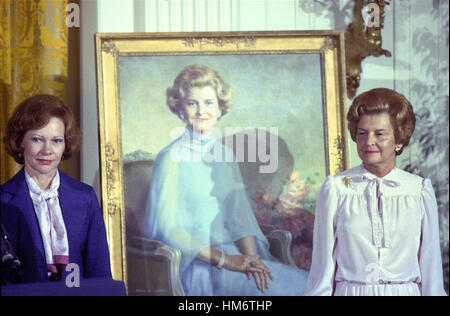 First lady Rosalynn Carter, left, and former first lady Betty Ford pose next to the portrait of Mrs. Ford that was - Stock Photo