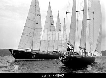 AJAXNETPHOTO. 6TH JUNE, 1976. PLYMOUTH, ENGLAND. - OSTAR 1976 - MEETING OF GIANTS - ERIC TABARLY SAILS HIS 73FT - Stock Photo