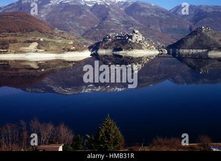 Turano lake with its dam and the village of Castel di Tora, Lazio, Italy. - Stock Photo