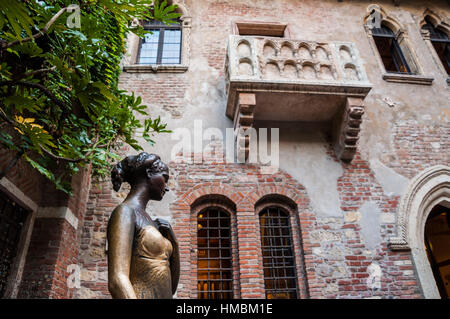 Statue of Juliet, with balcony in the background. Verona - Stock Photo