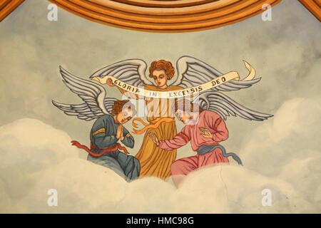 Anges tenant une banderole : 'Gloire en Dieu.' Eglise Saint-André. Domancy. France. - Stock Photo