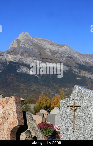 Croix sur une pierre tombale. Combloux cemetery. - Stock Photo