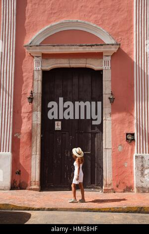 Tourist woman in front of a colonial house in town center, Valladolid, Yucatan Province, Mexico, Central America. - Stock Photo
