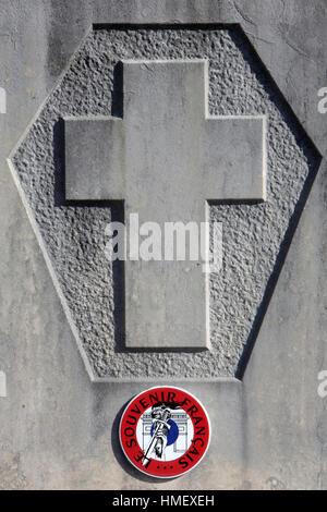 Croix sur une pierre tombale. Souvenir Français. - Stock Photo