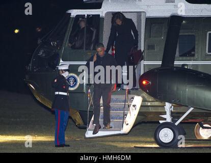 Washington, District of Columbia, USA. 28th Jan, 2015. United States President Barack Obama salutes the Marine guard - Stock Photo