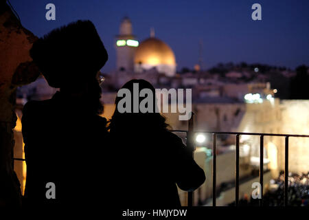 An ultra orthodox Jewish couple gazing at the Islamic shrine Haram al Sharif or Dome of the Rock mosque from the - Stock Photo