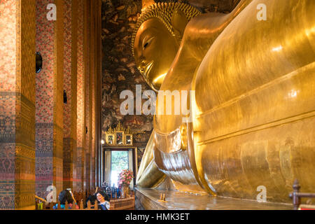 Giant reclining golden buddha, Wat Pho, Bangkok, Thailand - Stock Photo