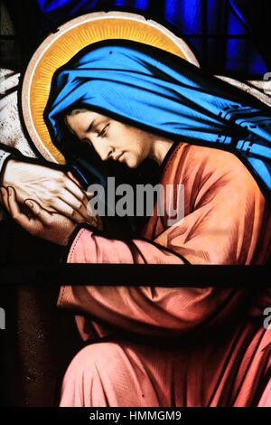 Marie embrassant la main de Joseph lors de sa mort. Eglise Sainte-Madeleine. Montargis. France. - Stock Photo