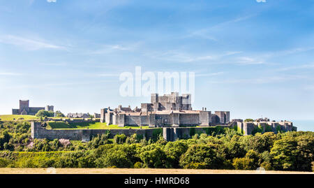 England, Dover Castle. Western view of the castle, curtain walls and keep with sea behind. Sunny day, blue sky and - Stock Photo