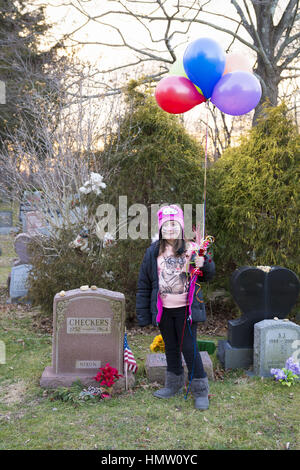 Wantagh, New York, USA. 5th Feb, 2017. AYLA SHAH, 6 1/2, of Merrick, poses at gravesite of CHECKERS (1952 - 1964), - Stock Photo