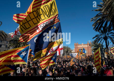 Barcelona, Catalonia, Spain. 6th Feb, 2017. Catalan pro-independence and pro-referendum demonstrators gather in - Stock Photo