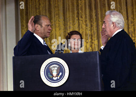 U.S Vice President Gerald Ford takes the oath of office from Supreme Court Chief Justice Warren Burger to become - Stock Photo