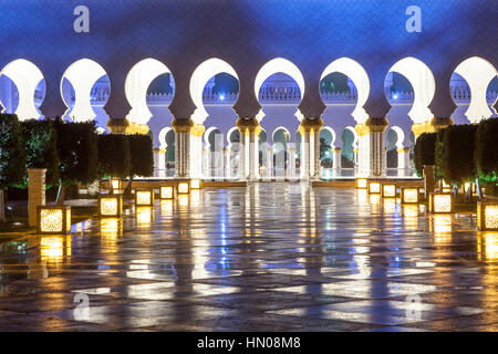 Sheikh Zayed Grand Mosque illuminated at night. Abu Dhabi, United Arab Emirates, Middle East - Stock Photo