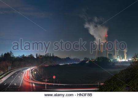 The coal-fired Ensdorf power station, Kraftwerk Ensdorf, and Saar river in Saarland, Germany. - Stock Photo