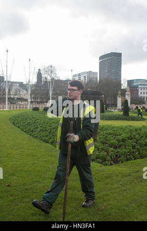 London, UK. 07th Feb, 2017. General view of Buckingham Palace, the London residence and administrative headquarters of the reigning monarch of the United Kingdom. Several gardeners prepare the flowers outside The Palace, ready fhe bloom in spring. Credit: Alberto Pezzali/Pacific Press/Alamy Live News