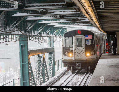 New York, USA. 09th Feb, 2017. An Astoria Line train arrives at the Queensboro Plaza station in New York during - Stock Photo