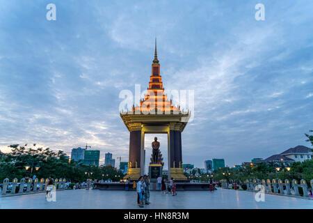 Statue von König Norodom Sihanouk in der Abenddämmerung, Phnom Penh, Kambodscha, Asien  |  Statue of King Father - Stock Photo