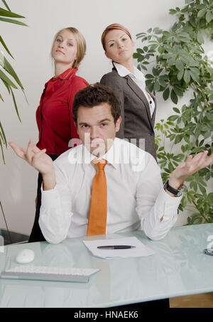 Junger geschaeftsmann mit zwei huebschen Sekretaerinnen - young business man with two attractive secretaries - Stock Photo