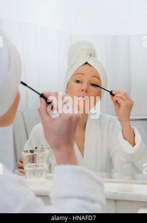 junge frau im badezimmer verwendet wimperntusche - young woman in, Badezimmer ideen