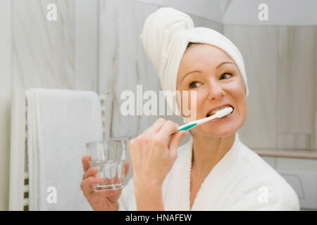 model released. young woman brushing tangled hair stock photo, Badezimmer ideen