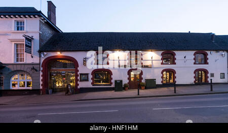 Chepstow, Wales. Borders town beside the River Wye. The Kings Head pub and Meze restaurant. - Stock Photo