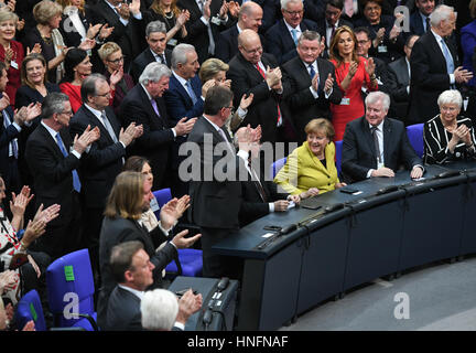 Berlin, Germany. 12th Feb, 2017. Die Mitglieder der Bundesversammlung applaudieren während Bundeskanzlerin Angela - Stock Photo