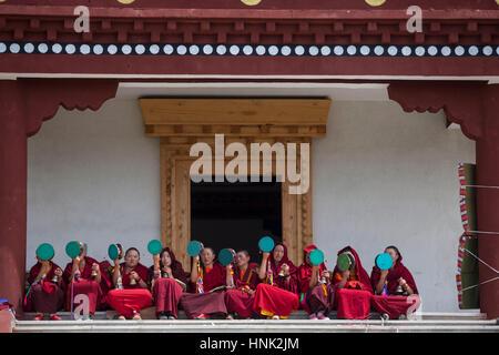 Nuns and monks participate at prayer rituals at the Tagong Tibetan Buddhist nunnery. - Stock Photo
