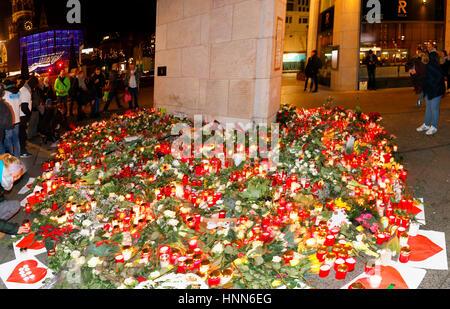 Impressionen: Blumen und Kerzen als Zeichen von Trauer und Anteilnahme nach dem islamistischer Terroranschlag auf - Stock Photo